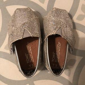 TINY TOMS. Silver glitter.